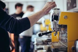 Las máquinas reducen grupos y mejoran su tecnología centrandose en el barista