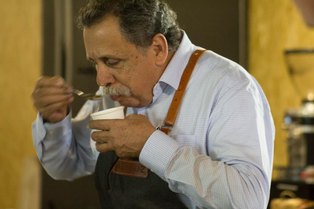 Eduardo Assad (de Finca Jocutla) dirigiendo una cata tradicional en Café Veracruz