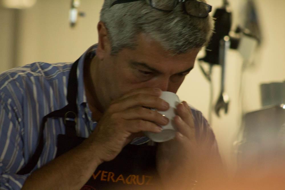 Augusto Morales realizando una cata tradicional de café