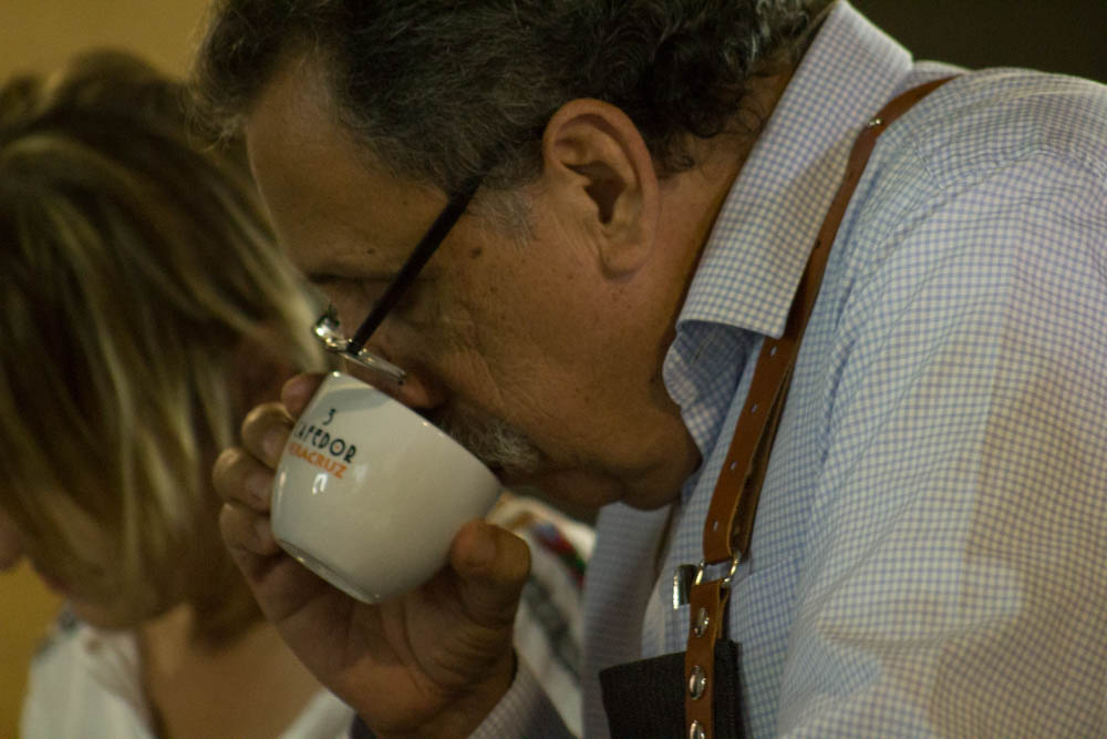Eduardo Assad realizando una cata de café en Café Veracruz