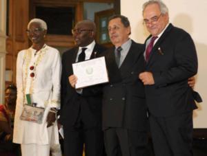 Eduardo Assad recibe uno de los galardones del AVPA en Paris 2016
