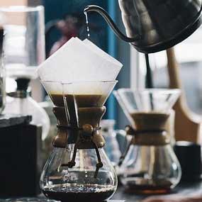 Barista prepara café con una cafetera Chemex